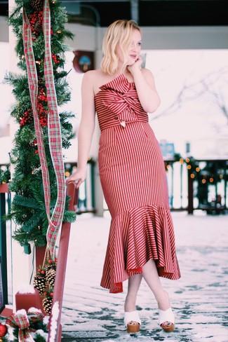 Cómo combinar: chinelas de cuero blancas, vestido midi de rayas verticales rojo