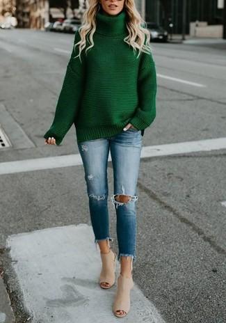 Combinar unas chinelas de cuero en beige: Elige un jersey de cuello alto de punto verde y unos vaqueros pitillo desgastados azules para un look diario sin parecer demasiado arreglada. Dale onda a tu ropa con chinelas de cuero en beige.