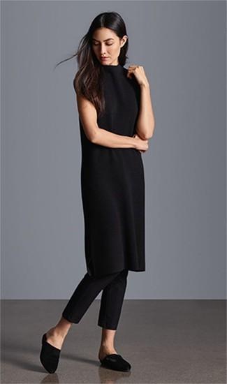 Combinar un vestido jersey negro: Haz de un vestido jersey negro y unos pantalones pitillo negros tu atuendo para un look diario sin parecer demasiado arreglada. Agrega chinelas de satén negras a tu apariencia para un mejor estilo al instante.