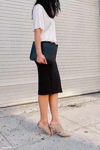Combinar unas chinelas de ante en beige: Intenta combinar una camiseta con cuello circular blanca junto a una falda lápiz negra para crear una apariencia elegante y glamurosa. ¿Te sientes valiente? Usa un par de chinelas de ante en beige.