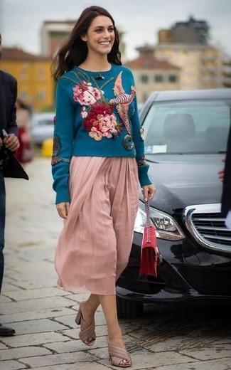 Cómo combinar: bolso bandolera de ante rojo, chinelas de cuero en beige, falda midi plisada rosada, jersey con cuello circular bordado en verde azulado