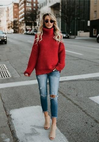 Combinar unas chinelas de cuero en beige: Considera ponerse un jersey de cuello alto de punto rojo y unos vaqueros pitillo desgastados azules para conseguir una apariencia glamurosa y elegante. Elige un par de chinelas de cuero en beige para destacar tu lado más sensual.