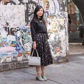 Cómo combinar: cartera de cuero gris, chinelas de cuero en verde menta, falda campana con print de flores negra, jersey corto negro