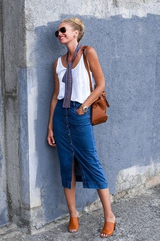 Cómo combinar: mochila con cordón de cuero marrón, chinelas de cuero en tabaco, falda con botones vaquera azul, camiseta sin manga blanca