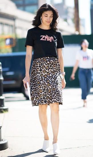 Cómo combinar: reloj de cuero blanco, chinelas de cuero blancas, falda lápiz de leopardo marrón, camiseta con cuello circular estampada negra