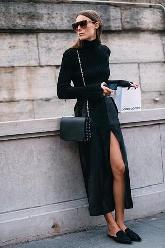 Cómo combinar: bolso bandolera de cuero negro, chinelas de ante negras, falda larga con recorte negra, jersey de cuello alto negro