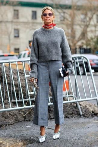 Cómo combinar: bandana en rojo y blanco, chinelas de cuero plateadas, falda pantalón de tartán gris, jersey corto de punto gris