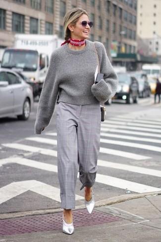 Cómo combinar: bandana estampada roja, chinelas de cuero plateadas, falda pantalón de tartán gris, jersey corto gris