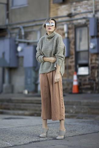 Cómo combinar: gafas de sol grises, chinelas de ante grises, falda pantalón marrón claro, jersey con cuello vuelto holgado gris