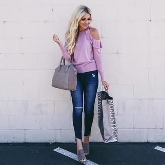 Combinar una bolsa tote de ante gris: Haz de un jersey con cuello circular rosado y una bolsa tote de ante gris tu atuendo transmitirán una vibra libre y relajada. Dale un toque de elegancia a tu atuendo con un par de chinelas de ante grises.