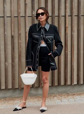 Cómo combinar: bolso de hombre de cuero blanco, chinelas de satén con adornos negras, mallas ciclistas negras, chaqueta estilo camisa negra