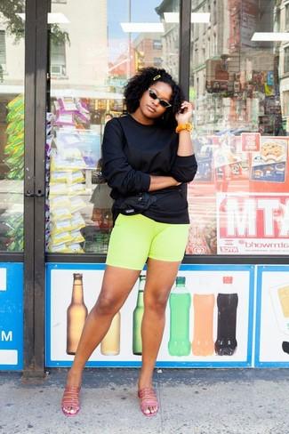 Combinar una riñonera de nylon negra: Emparejar una sudadera negra junto a una riñonera de nylon negra es una opción muy buena para el fin de semana. Elige un par de chinelas de cuero rosa para mostrar tu lado fashionista.