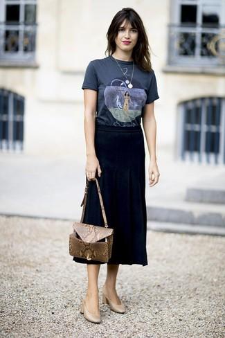 Cómo combinar: bolso bandolera de cuero con print de serpiente marrón claro, chinelas de cuero marrón claro, falda midi plisada negra, camiseta con cuello circular estampada azul marino
