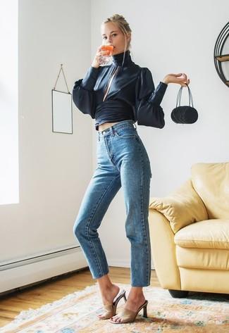 Cómo combinar: cartera de lona negra, chinelas de cuero marrón claro, vaqueros azules, blusa de manga larga de seda azul marino