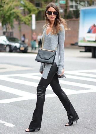 Cómo combinar: bolso bandolera de cuero negro, chinelas de cuero negras, pantalón de campana de cuero negro, jersey de pico gris