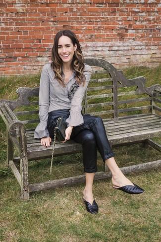Cómo combinar: cartera sobre de cuero negra, chinelas de cuero negras, pantalón de pinzas de cuero negro, camisa de vestir de rayas verticales gris