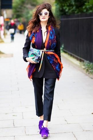 Cómo combinar: cartera sobre de cuero estampada en multicolor, chinelas de ante en violeta, pantalón de vestir negro, blazer negro