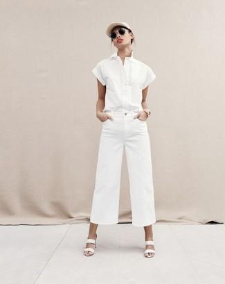 Cómo combinar: gorra inglesa en beige, chinelas de cuero blancas, pantalones anchos vaqueros blancos, camisa de manga corta blanca