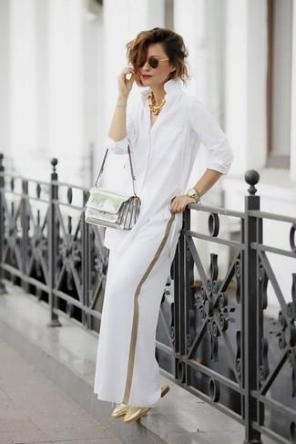 Cómo combinar: bolso bandolera de cuero plateado, chinelas de cuero doradas, pantalones anchos blancos, camisa de vestir blanca