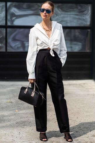 Cómo combinar: cartera de cuero negra, chinelas de malla negras, pantalones anchos negros, camisa de vestir blanca