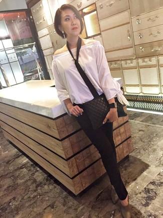Combinar una corbata: Ponte un top con hombros descubiertos blanco y una corbata para un look agradable de fin de semana. Con el calzado, sé más clásico y haz chinelas de cuero grises tu calzado.