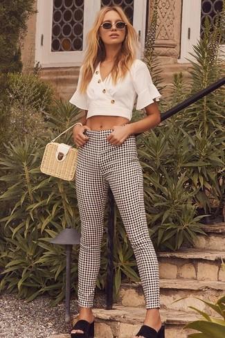 Cómo combinar: cartera de paja en beige, chinelas de ante negras, pantalones pitillo de cuadro vichy en negro y blanco, top corto blanco