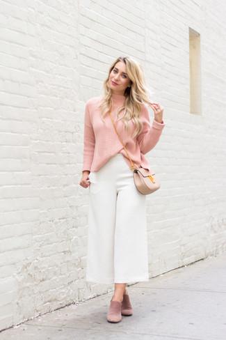 Cómo combinar: bolso bandolera de cuero en beige, chinelas de ante rosadas, falda pantalón blanca, jersey de cuello alto rosado