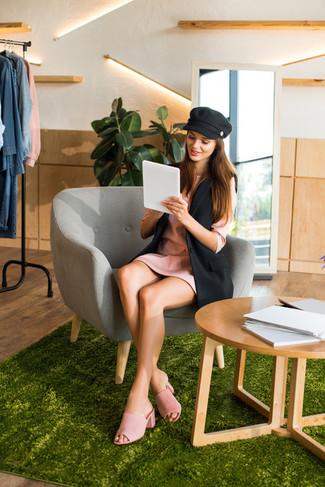 Cómo combinar: gorra inglesa negra, chinelas de ante rosadas, vestido recto rosado, blazer sin mangas negro