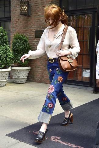 Cómo combinar: bolso bandolera de cuero marrón, chinelas de cuero negras, vaqueros bordados azules, blusa campesina blanca