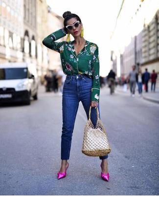Cómo combinar: mochila con cordón de cuero blanca, chinelas de satén rosa, vaqueros azules, blusa de botones con print de flores verde oscuro