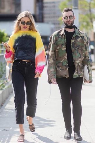 Cómo combinar: cartera sobre de cuero en beige, chinelas de malla negras, vaqueros boyfriend negros, sudadera efecto teñido anudado en multicolor