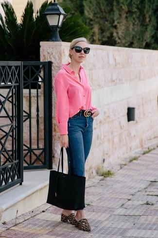 Cómo combinar: bolsa tote de cuero negra, chinelas de pelo de becerro de leopardo marrón claro, vaqueros azul marino, camisa de vestir rosa