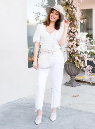 Cómo combinar: bolso bandolera de cuero blanco, chinelas de cuero blancas, vaqueros de campana blancos, jersey de manga corta blanco