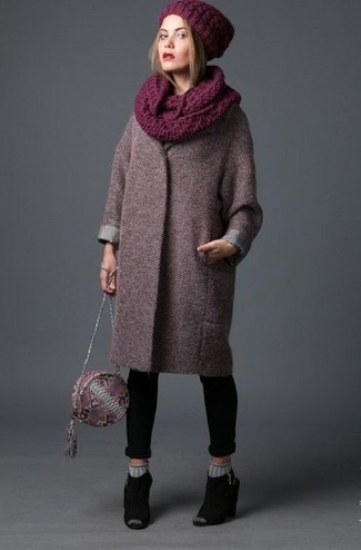 Cómo combinar: bolso bandolera de cuero con print de serpiente burdeos, chinelas de ante negras, vaqueros pitillo negros, abrigo burdeos