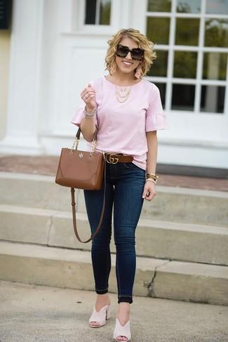Cómo combinar: bolso bandolera de cuero marrón, chinelas de ante en beige, vaqueros pitillo azul marino, blusa de manga corta con volante rosada