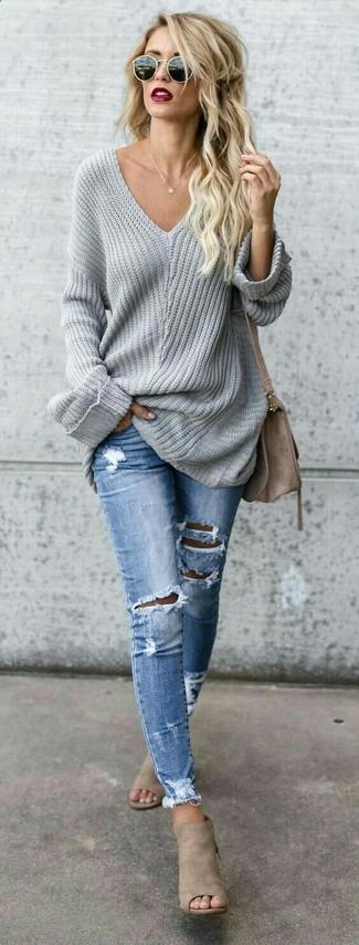 Cómo combinar: bolso bandolera de ante marrón, chinelas de ante en beige, vaqueros pitillo desgastados celestes, jersey oversized gris