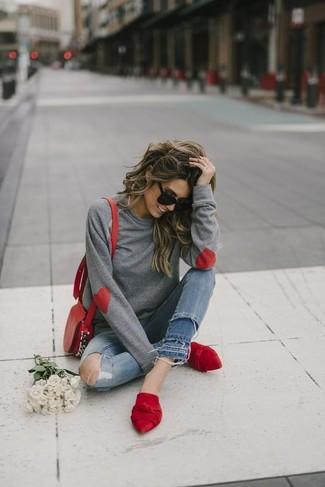 Cómo combinar: bolso bandolera de cuero rojo, chinelas de ante rojas, vaqueros pitillo desgastados azules, sudadera gris