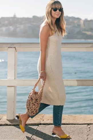 Cómo combinar: bolsa tote de lona marrón claro, chinelas de cuero amarillas, vaqueros azules, vestido de tirantes de punto en beige