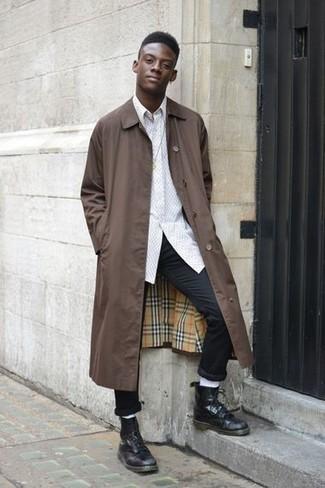 Para un atuendo que esté lleno de caracter y personalidad equípate un chubasquero marrón junto a un pantalón chino negro. Botas casual de cuero negras de hombres de Tod's añaden la elegancia necesaria ya que, de otra forma, es un look simple.