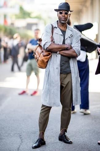Cómo combinar: chubasquero gris, camiseta con cuello circular en gris oscuro, pantalón chino verde oliva, zapatos derby de cuero negros