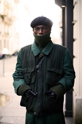 Cómo combinar: chubasquero verde oscuro, chaleco de abrigo verde oliva, jersey de cuello alto de punto verde oliva, gorro negro