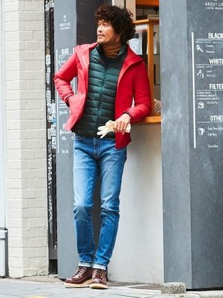 Cómo combinar: chubasquero rojo, chaleco de abrigo acolchado verde oscuro, jersey de cuello alto en tabaco, vaqueros azules