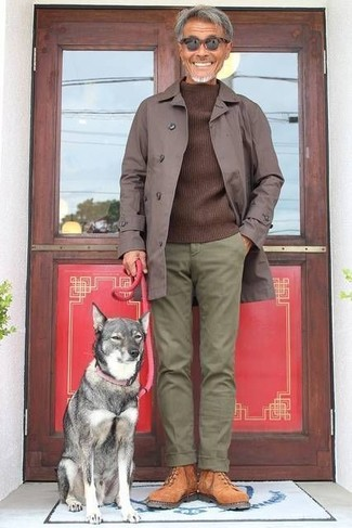 Cómo combinar: chubasquero en marrón oscuro, jersey con cuello circular en marrón oscuro, pantalón chino verde oliva, botas de trabajo de ante en tabaco