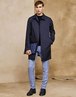 Cómo combinar: chubasquero azul marino, jersey con cuello circular negro, pantalón de vestir celeste, tenis de ante azul marino