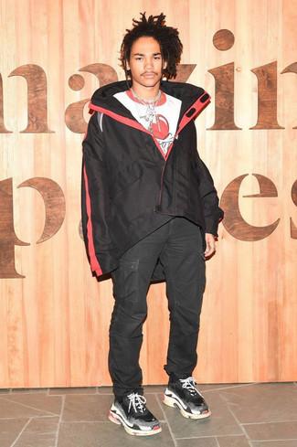 Cómo combinar: chubasquero negro, camiseta con cuello circular estampada en blanco y rojo, pantalón cargo negro, deportivas negras