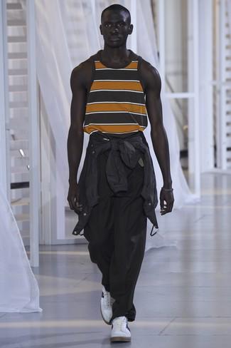 Cómo combinar: chubasquero negro, camiseta sin mangas de rayas horizontales negra, pantalón chino negro, tenis blancos