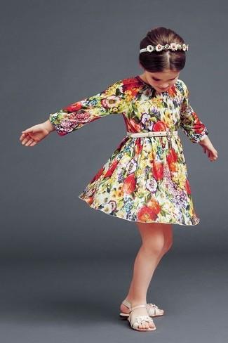 Cómo combinar: cinta para la cabeza blanca, sandalias en beige, vestido con print de flores en multicolor