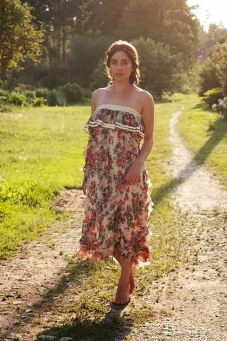 Cómo combinar: cinta para la cabeza con print de flores roja, vestido largo con print de flores en beige