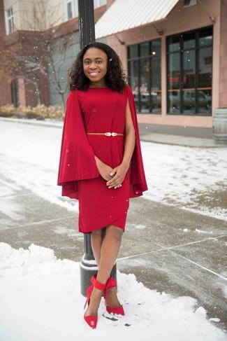 Cómo combinar: cinturón de cuero dorado, zapatos de tacón de ante rojos, vestido tubo rojo