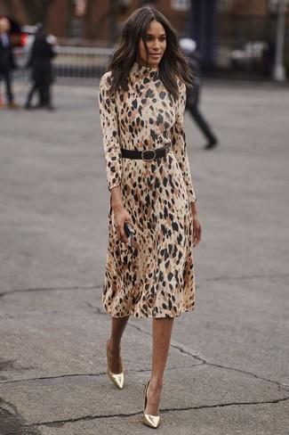 Cómo combinar: cinturón de cuero negro, zapatos de tacón de cuero dorados, vestido midi de leopardo en beige
